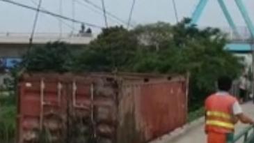 集卡撞毁护栏翻入河道 驾驶员受轻伤