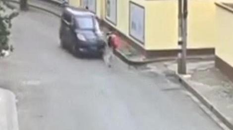 司机驾车撞伤行人后逃逸
