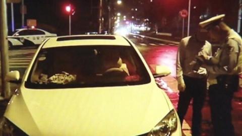 """白费劲!两名男子""""豪饮""""喝水,还是被查出酒后驾车"""