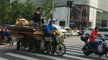 超高载物、顶部坐人……改装三轮车这样上路看着都危险!