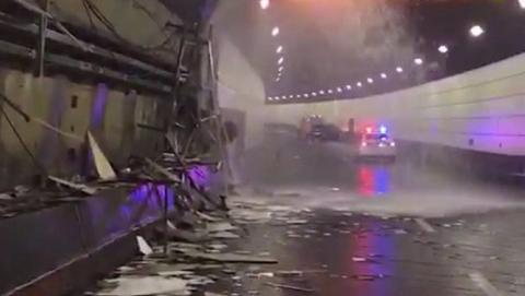 水漫人民路隧道:轿车撞墙毁管道,清水喷涌一地狼藉