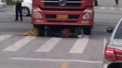 嘉定澄浏中路,一骑车人被大货车轧死