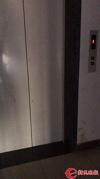38号楼的这部故障电梯仍在运营.jpg