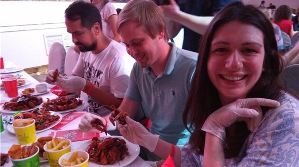 中国小龙虾抵达世界杯餐桌,一斤250元!然而战斗民族竟不会剥壳……