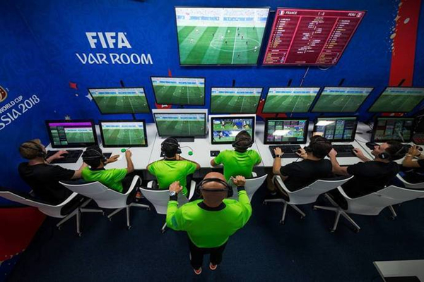 视频助理裁判(VAR)及其3名助理(编号分别是AVAR1、AVAR2和AVAR3).jpg
