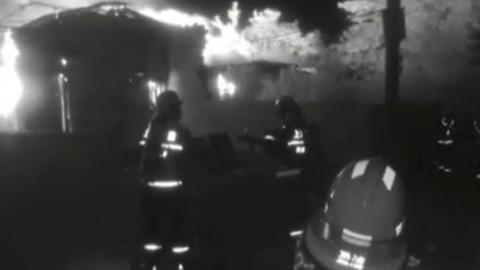 """屋外突发大火阿婆浑然不觉 消防队员和民警相助""""逃过一劫"""""""