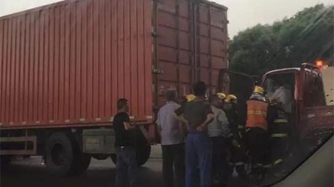 闵浦大桥多车追尾 一货车司机被困驾驶室