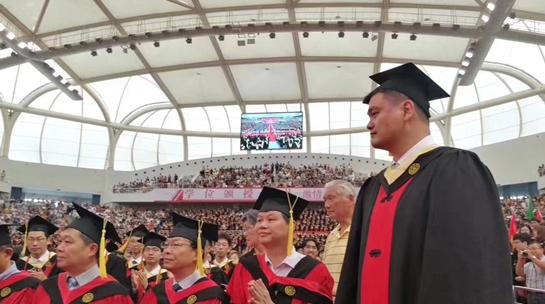 姚明正式从交大毕业 寄语学生:未来是你们的
