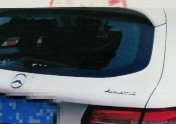 """男子酒后""""铁头功""""撞碎路边轿车后档玻璃,竟是因为与女友吵架"""