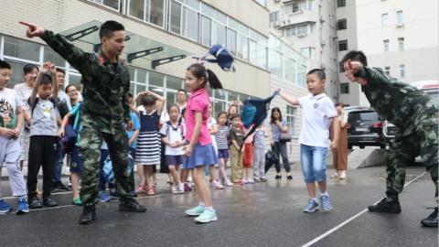 遇到坏人怎么办?小学生暑假进军营学防身术 武警官兵现场传授