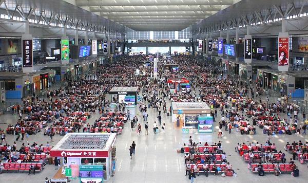 上海虹桥站候车大厅内,旅客在有序候车 中国铁路上海局集团有限公司供图.jpg