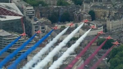 英国皇家空军庆100周年,103架飞机低空飞过伦敦上空