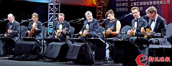 大不列颠尤克里里乐团演员在演奏-郭新洋.jpg