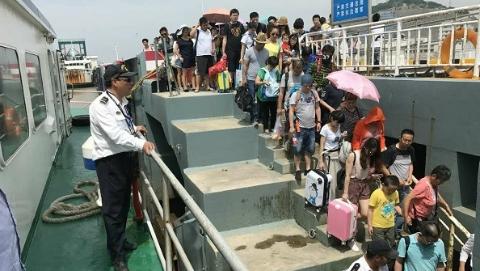 客船严重超载近70人 被洋山港海事局查获