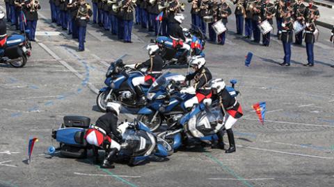 尴尬!法国庆阅兵式失误频频:摩托车队撞车 飞机喷错彩烟