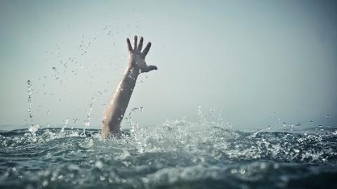 男孩河边撒尿不慎滑入河中 溺水身亡
