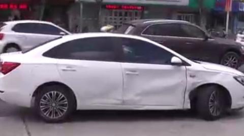 左转不让直行,别克驶入加油站时被奔驰拦腰撞击
