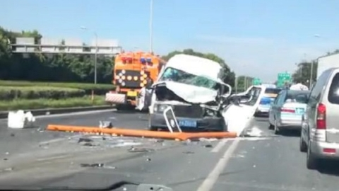 盛夏天撞养护清洗车事故频发  提醒司机提前预判并限速