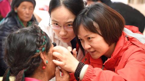 翻山越岭带去光明 上海眼科医疗队赴日喀则开展大型义诊活动
