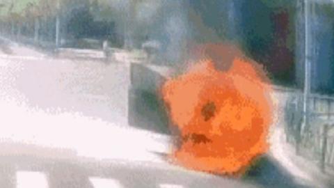 路边轿车自燃起火 公交车驾驶员灭火