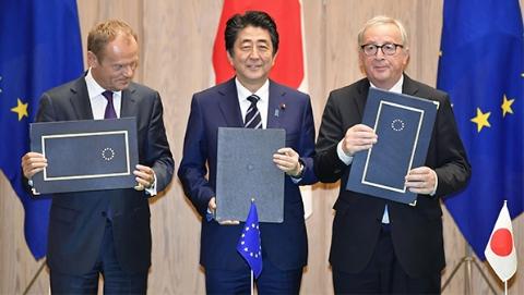应对美贸易保护主义 日欧签署迄今规模最大的自贸协定