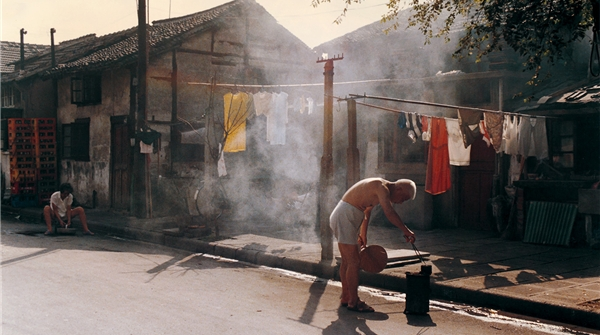 """在这个84岁女摄影家的作品里,看到上海的""""流金岁月""""……"""
