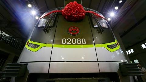 """更安全更智慧的""""绿灯侠""""来了!上海地铁第5000辆车上午首亮相"""