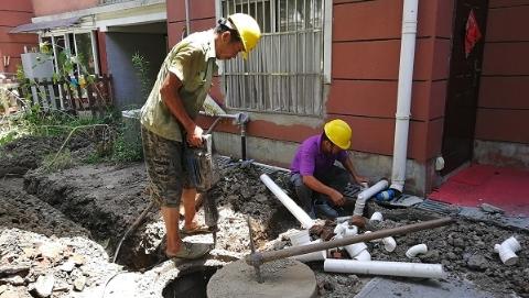 夏令热线 现场目击   雨水管冒油污粪便?沪争取3年杜绝此现象