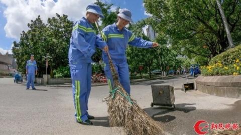 夏令热线 记者体验   扫大街也是技术活 没要领连扫帚都拿不稳