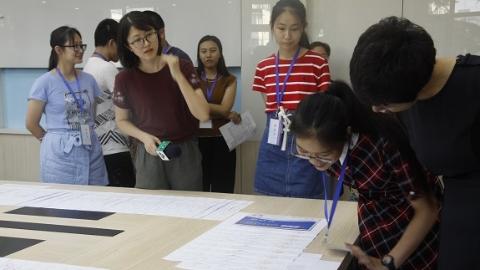 上海考生代表参观高招录取现场