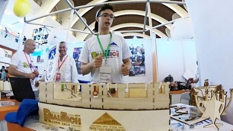 """玩科技更容易让人感到生活有趣 上海国际青少年科博会吸引全球小""""创客"""""""