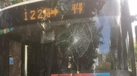 醉酒男子砸碎公交车玻璃 逃逸一公里后被抓获