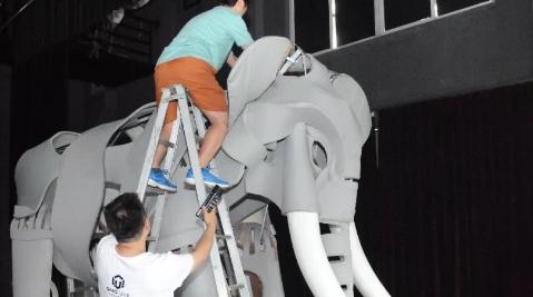 需要3人同时控制的大象偶什么样?1:1制作的战象舞台诞生记