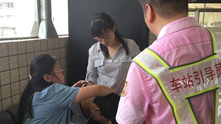 准新郎地铁内中暑 地铁员工出手相助