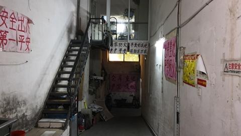 嘉杰国际广场地下室:贴着多张安全警示,占道堆物仍随处可见