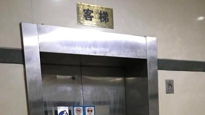 """高层居民楼两部电梯""""罢工"""" 居民爬楼直呼""""累煞"""""""