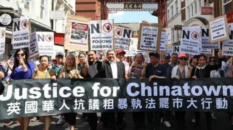 伦敦逾千华人罢市游行,抗议暴力执法