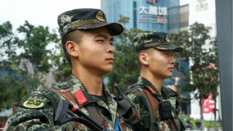 感谢烈日下上海各大商圈、广场等人流密集区有他们!武警负重巡逻如汗蒸