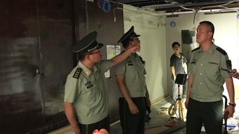 上海消防总队突击检查安全隐患 问题商铺当场整改