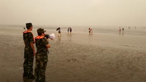 """迎战台风""""云雀"""" 南汇新城镇:疏散海堤游客 转移建筑工人"""
