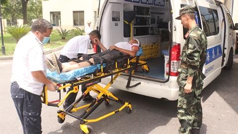 部队营区门口突发车祸   哨兵传讯速救伤者
