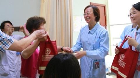 """首届""""医师节""""的祝福:广大医务工作者,你们辛苦了"""