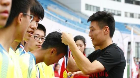 武磊现身闭幕式:将来让儿子也踢新民晚报杯