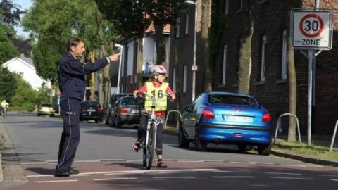 越来越多的德国小学生通不过驾照考试了……对,自行车也要考驾照