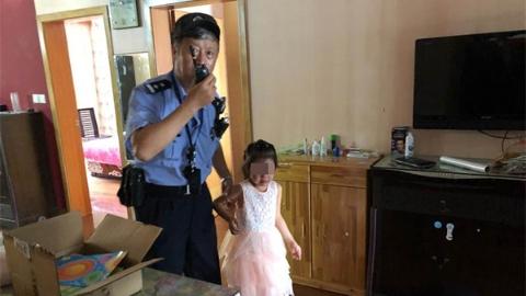 6岁女童独自爬8楼窗口被及时救下 老民警:比吃了冷饮还舒心