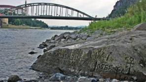 """干旱导致""""饥饿石""""露出拉贝河水面  ?"""