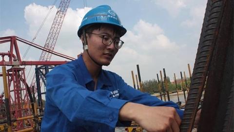 """昆阳路大桥施工者:在""""烤箱""""般平台钢板运送材料 汗水成为桥梁一部分"""