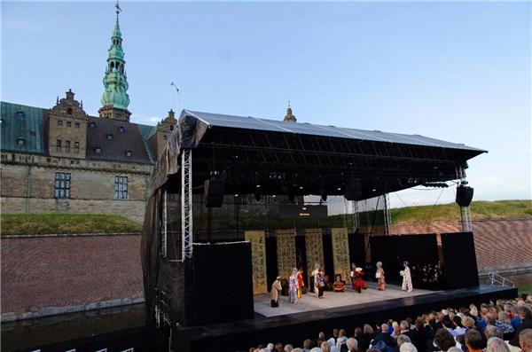 舞台背后就是克伦堡宫.jpg