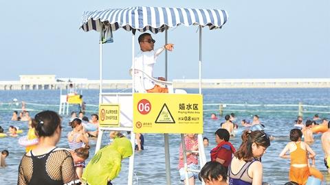 今日焦点 | 身穿各色工作服的劳动者是上海最美风景:致敬!沙滩边的生命守护者