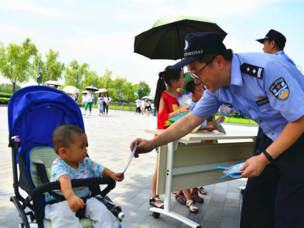 每天都有家长求助民警找孩子 浦东警方今在迪士尼开展防走失宣传